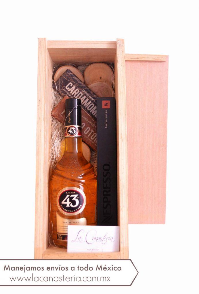 arcones navideños originales con licor del 43, kits de regalo con licor del 43, kits de regalo para hacer carajillos, cajas de regalo navideñas originales para empresas