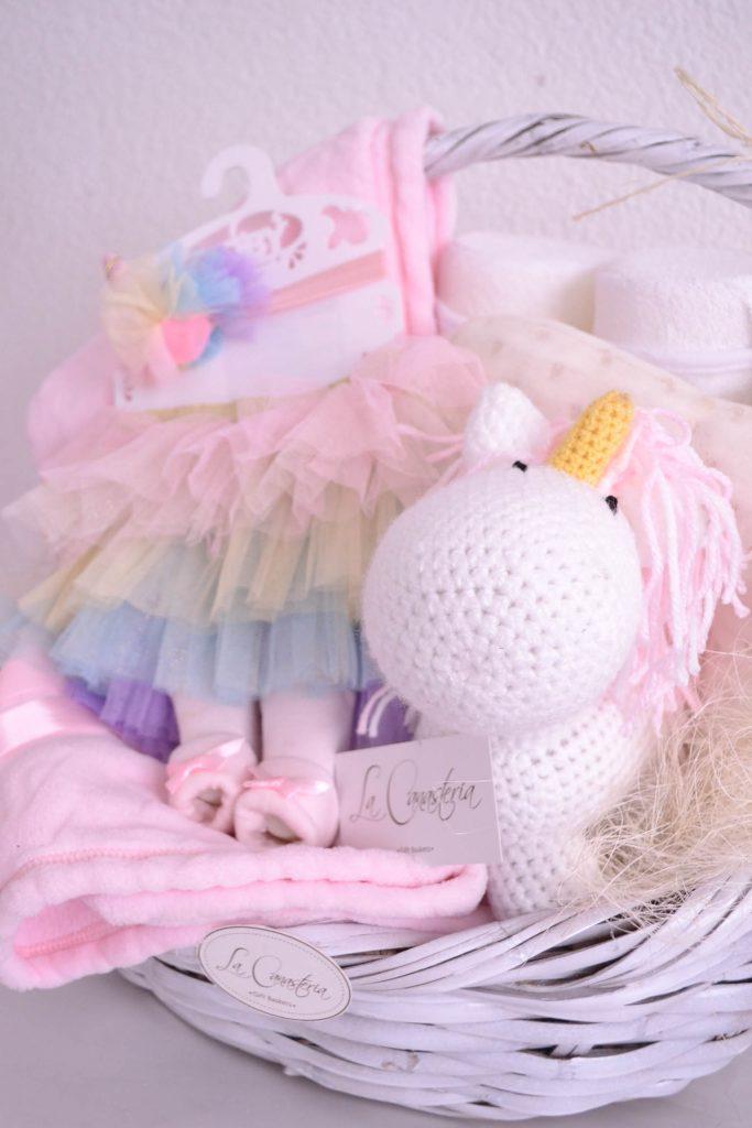 Fina canasta de regalo para bebé con hermosa temática de unicornio