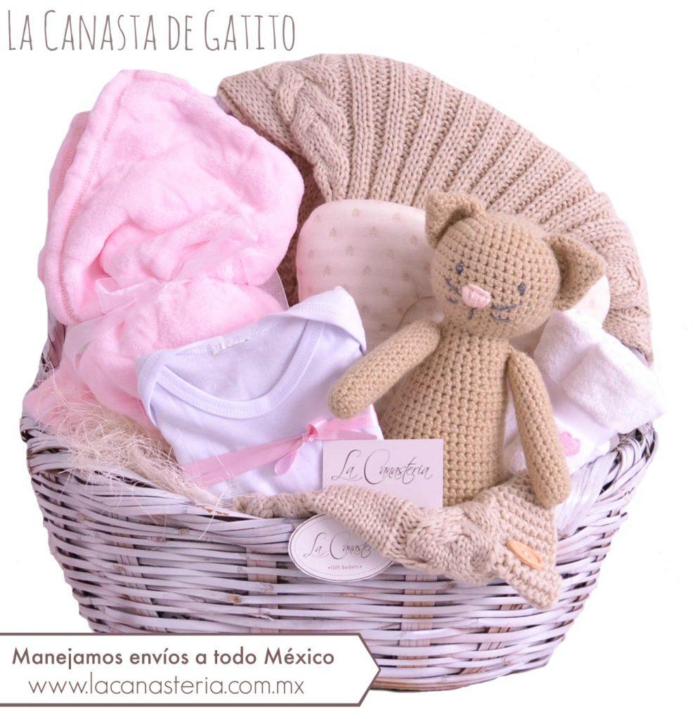 Canasta de regalo para bebé fina con peluche tejido a mano de gatito