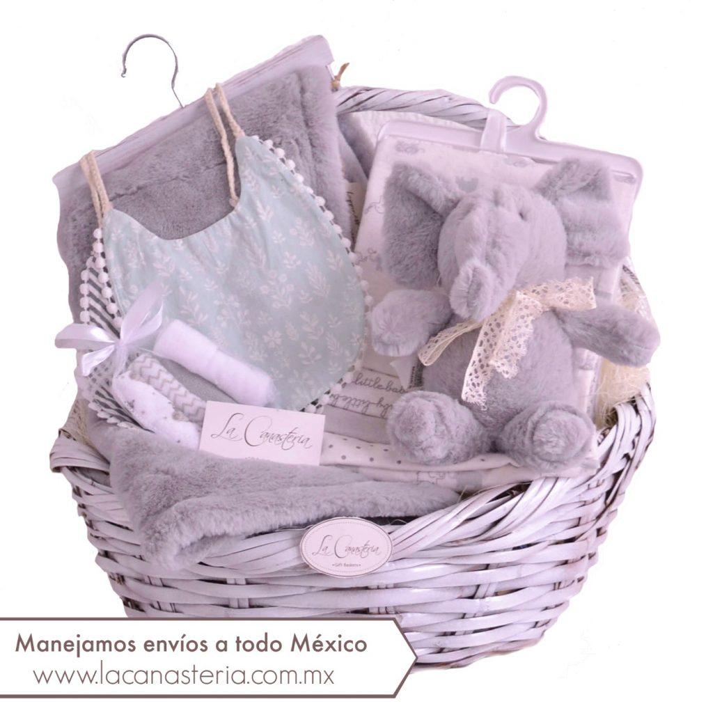 Elegante canasta de regalo para recién nacida con fino diseño y sorpresitas de importación. Manejamos envíos a todo México y entregas a domicilio