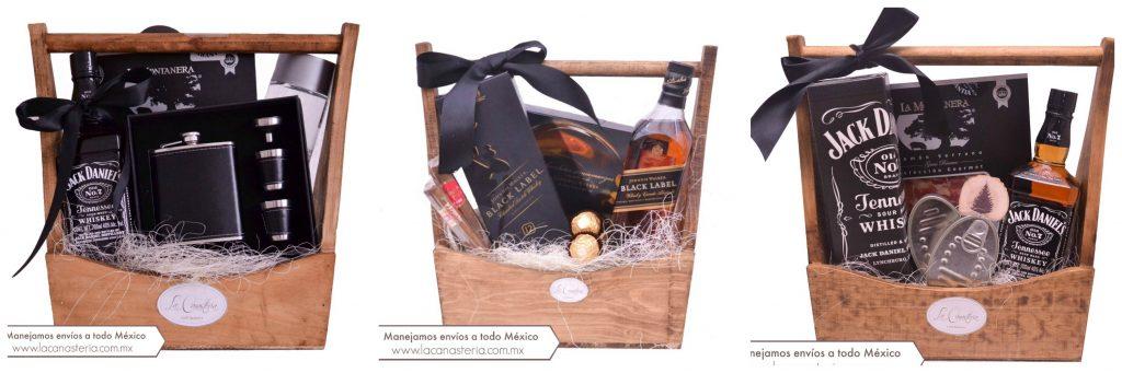 Finos arcones navideños con productos gourmet y botellas de Whiskey ideales para regalos de fin de año en empresas.