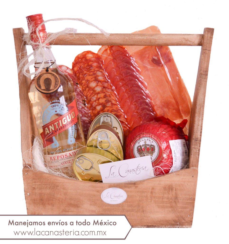Elegantes arcones navideños con tequila y productos gourmet para empresas. Manejamos envíos a todo México. Visita nuestro catálogo digital.